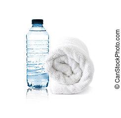 Una botella de agua y una toalla