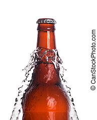 Una botella de cerveza con agua aislada