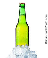 Una botella de cerveza verde con hielo aislado en blanco