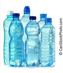 Una botella de plástico policarbonato de agua mineral aislada en blanco