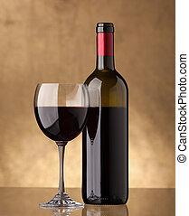 Una botella de vino tinto y llenó una copa de vino