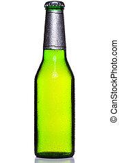 Una botella fría de cerveza aislada en blanco