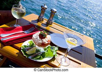 Una buena cena en el agua