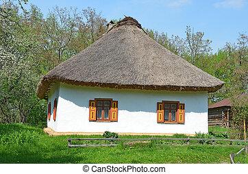 Una cabaña antigua con un techo de paja