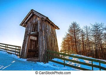 Una cabaña de madera en invierno. Granja de ovejas Daegwallyeong en Gangwondo, Corea del Sur.