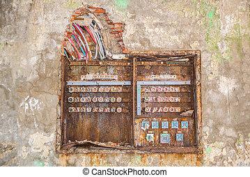 Una caja de fusibles oxidada