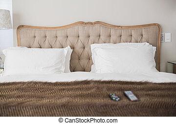 Una cama doble cómoda en una habitación de hotel