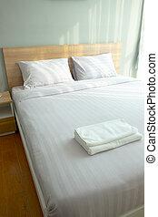 Una cama grande y cómoda en el dormitorio moderno