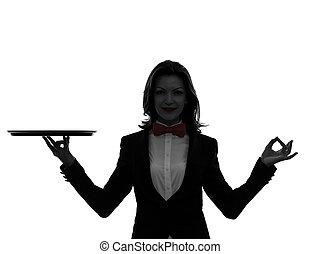 Una camarera caucásica con una bandeja vacía de cerebrito gestando en silueta en blanco