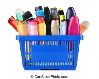 Una canasta de plástico con cuidado corporal y productos de belleza