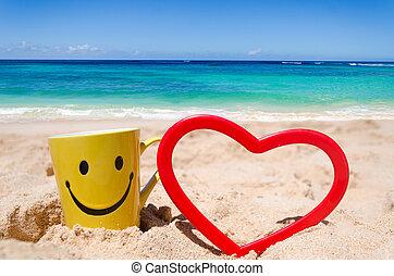 Una cara feliz con forma de corazón en la playa