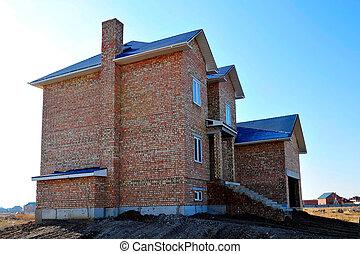 Una casa grande de ladrillos sin terminar