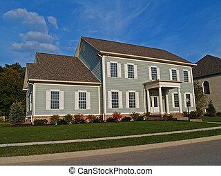 Una casa gris de dos pisos
