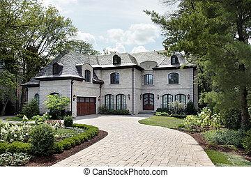 Una casa lujosa con una entrada circular