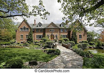 Una casa lujosa con una pista de piedra
