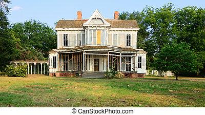 Una casa vieja y dilapidada