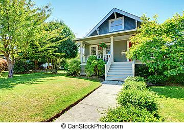 Una casita americana con una escalera blanca.