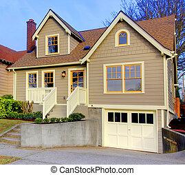 Una casita marrón con puertas naranjas y ventanas.