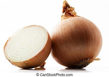 Una cebolla y media sobre fondo blanco
