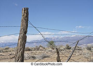 Una cerca de alambre de púas rústica