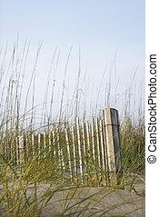 Una cerca de madera en la playa.