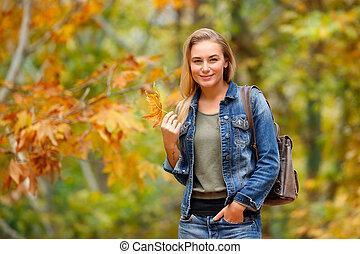 Una chica bonita en el bosque de otoño