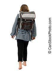 Una chica caminando a la escuela