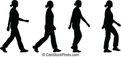 Una chica caminando