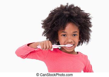 Una chica cepillándose los dientes