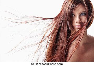 Una chica con el pelo largo