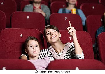 Una chica con madre en el cine