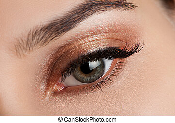 Una chica con maquillaje marrón suave