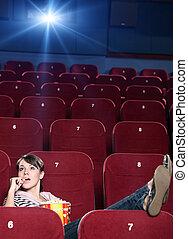 Una chica con palomitas en el cine