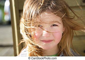Una chica con pelo en la cara