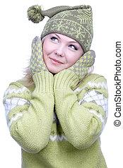 Una chica con ropa caliente