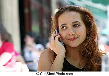 Una chica con teléfono