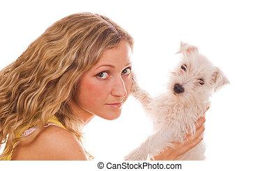 Una chica con un cachorro blanco