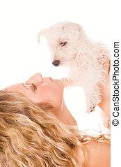 Una chica con un cachorro