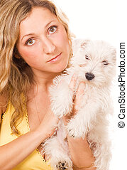 Una chica con un perrito