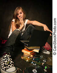Una chica con una computadora