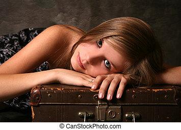 Una chica con una vieja maleta