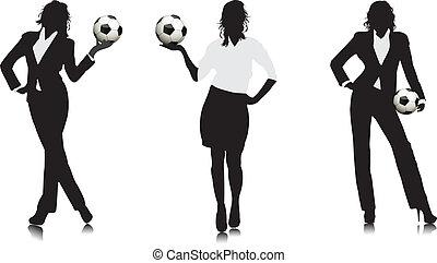 Una chica de negocios con una pelota de fútbol