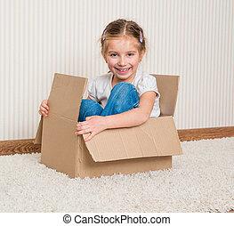 Una chica dentro de una caja