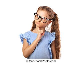 Una chica divertida con gafas para los ojos pensando y mirando hacia arriba aislada en el fondo blanco con una copia vacía.