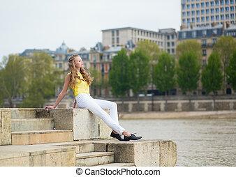 Una chica en el terraplén de París