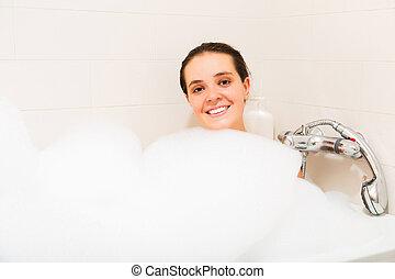 Una chica en la bañera