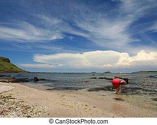 Una chica en la playa de Wang-an en Peng Hu, Taiwan