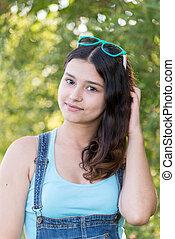 Una chica guapa con un pelo precioso