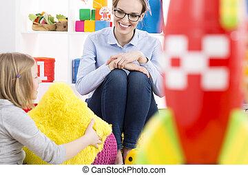 Una chica hablando con un psicólogo