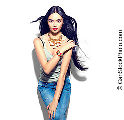 Una chica modelo de belleza con pelo largo y rubio